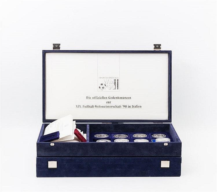 Thematik Fussball - 1990, Sammlung von 48 Münzen in zwei Boxen,