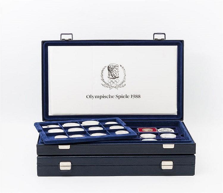 Thematik Olympische Spiele - 1988, Sammlung von 59 Münzen in zwei Boxen,