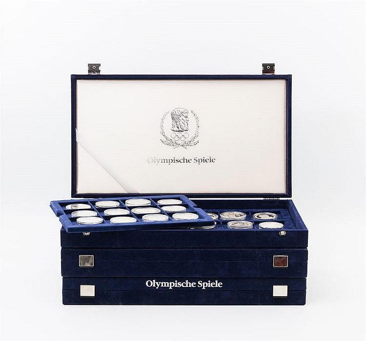 Thematik Olympische Spiele - 1992, Sammlung von 71 Münzen in drei Boxen,