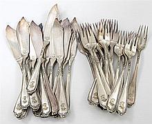 Dekoratives Fischbesteck, wohl 1. H. 20.Jh. - 18-teiliges, versilbertes Fischbesteck, bestehend aus 18 Fischmessern und 18 Fischgabeln,