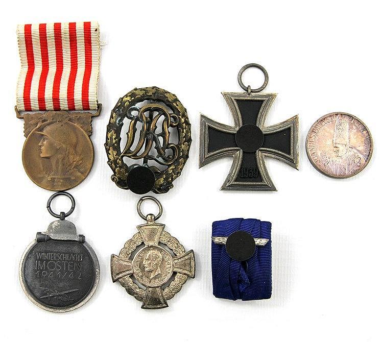 Unterschiedliche Auszeichnungen und Medaillen, 1./2. Weltkrieg - dabei z. B. 1 Eisernes Kreuz, 2. Klasse oder 1 Tapferkeitsmedaille, 2. Klasse.