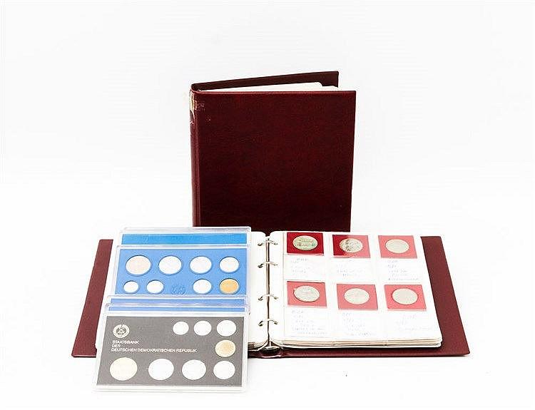 DDR - Hochinteressante nahezu komplette Gedenkmünzensammlung in 2 Alben, in den Erhaltungen zumeist stempelglanz, beginnend mit 10 Mark 1966 A Schinkel, mit PROBE 10 Mark v. Guericke J. 1565P,