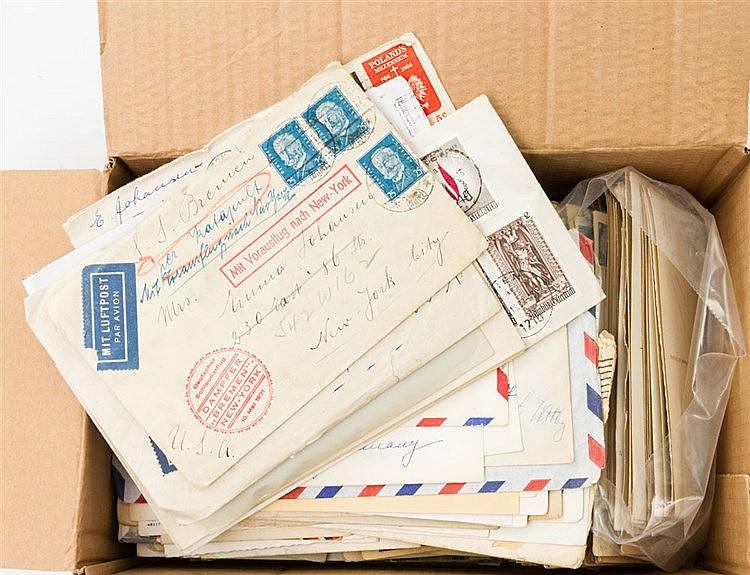 Karten und Briefe - kleiner Karton mit Postkarten und Briefen.