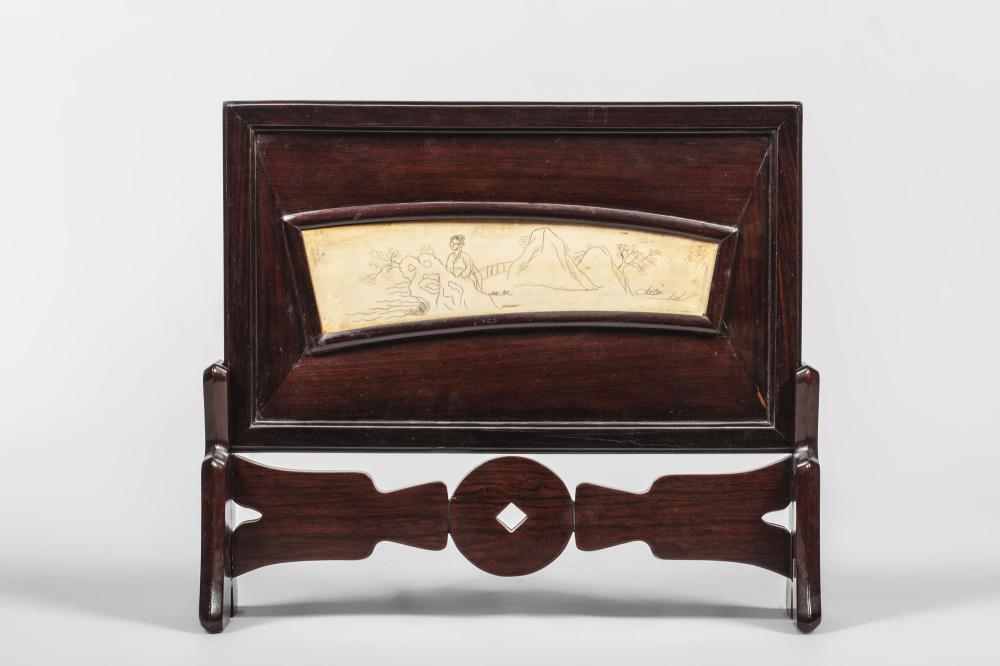 Chevet incorporant une scène ciselée dans un bloc d'ivoire