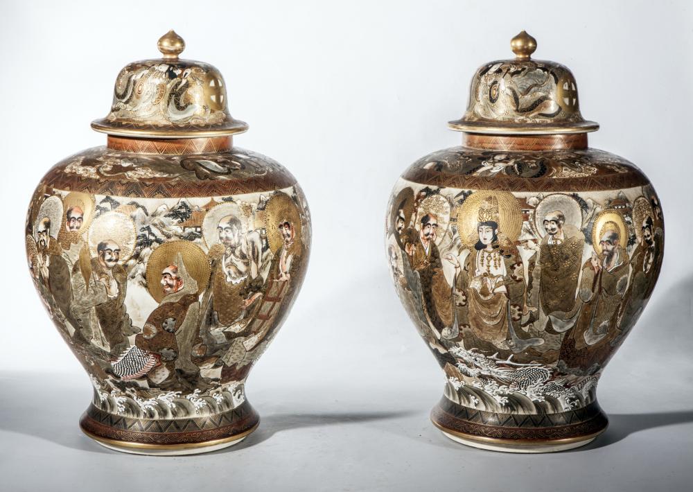 Paire de potiches couvertes en faïence de stasuma décoré en émaux polychromes et rehaut d'or d'une assemblée de lohans et de boddhisattvas.