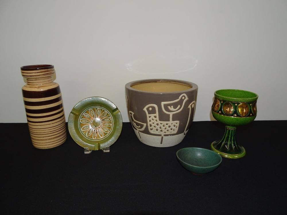 GROUPING OF ART POTTERY