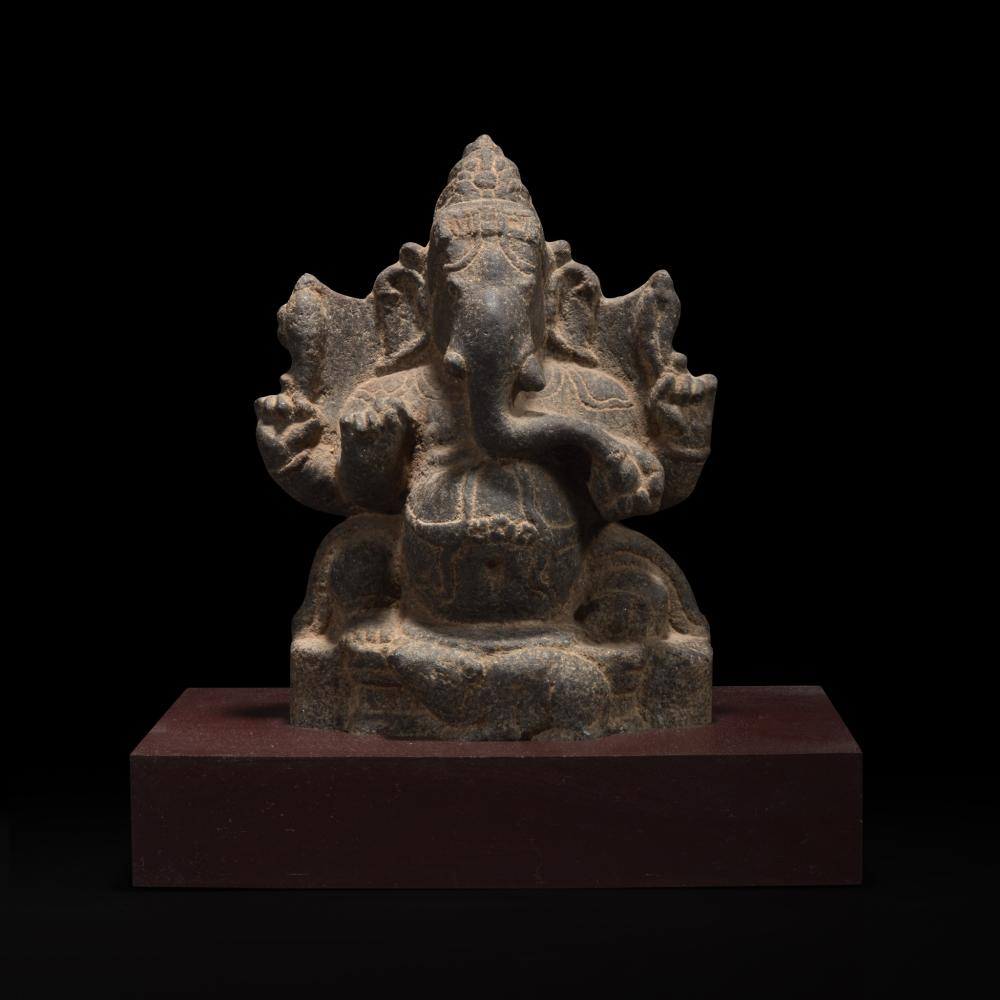 A CARVED STONE FIGURE OF GANESH 象神石雕 SOUTH INDIAN, 14TH/15TH CENTURY OR EARLIER 印度南部 十四或十五世纪