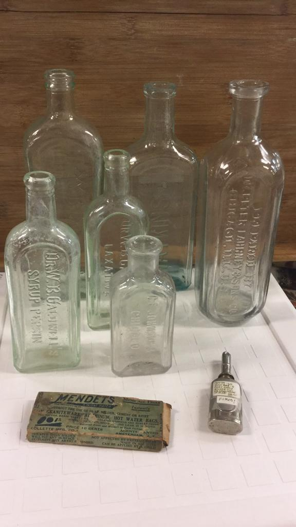 Selection of vintage bottles, small oil Er, and