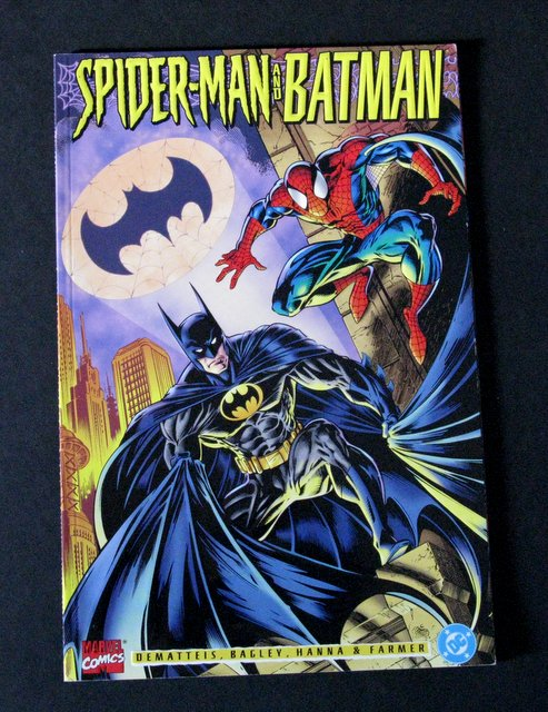 SPIDER-MAN VS BATMAN – JUMBO COMIC BOOK - Marvel Comics, 1995 - Stunning full color embossed cover with color pages of an amazing cross-over. 6 1/2