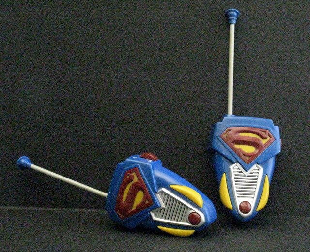 SUPERMAN RETURNS - WALKIE-TALKIE SET - Thinkway Toys, 2003 - Working walking talkies fit to a superman color scheme and symbol. Excellent.