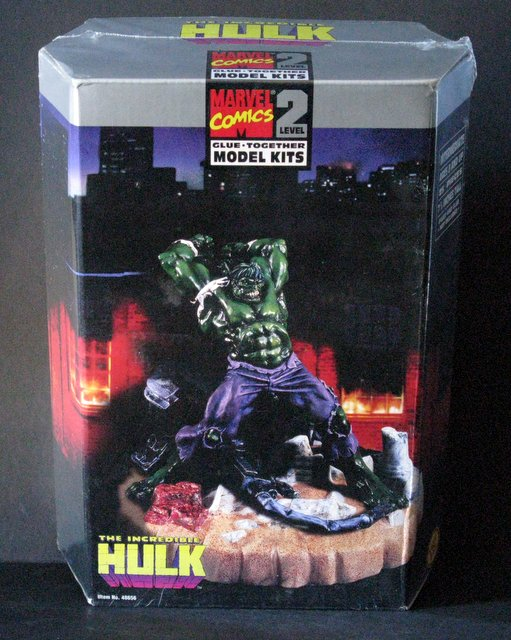 MARVEL COMICS THE INCREDIBLE HULK PLASTIC MODEL KIT - Toy Biz, 1996 - Exciting scene stands 7 1/2