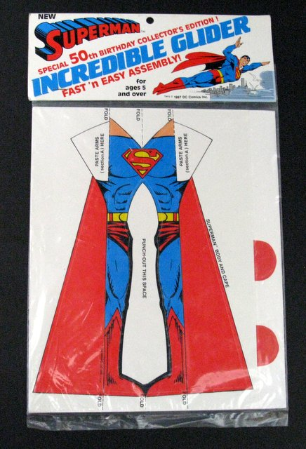 SUPERMAN - 50TH ANNIVERSARY PAPER GLIDER - DC Comics, 1987 - Special edition paper toy glider in the form of Superman. Mint and sealed in original packaging.