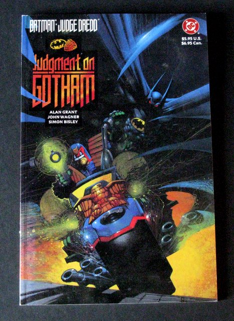 BATMAN VS JUDGE DREDD - JUDGMENT ON GOTHAM CLASSIC DC GRAPHIC NOVEL - DC Comics, 1991 - Deluxe full color comic featuring Judge Dredd in Batman's classic tales. Near Mint.