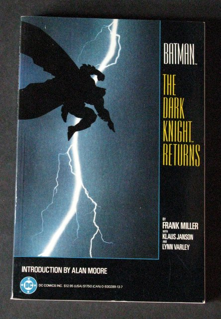 FRANK MILLER'S THE DARK KNIGHT RETURNS - CLASSIC GRAPHIC NOVEL - DC Comics, 1986 - Deluxe paperback graphic novel featuring full color cover and pages. Near Mint.