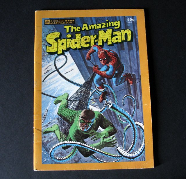 THE AMAZING SPIDER-MAN - FULL-COLOR CHILDREN'S BOOK - Golden Press, 1977 - Vintage book showing some of the web-slinger's greatest feats. Measures 7