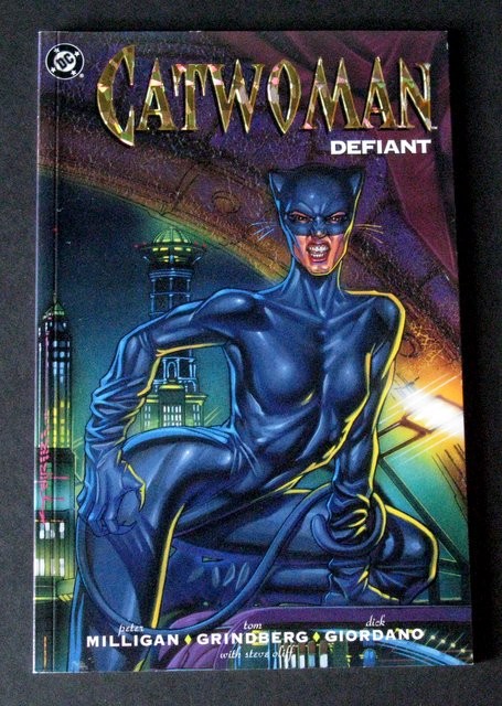 CATWOMAN DEFIANT - CLASSIC GRAPHIC NOVEL - DC Comics, 1992 - Stunning cover with embossed golden title. Comic in full color. Near Mint.