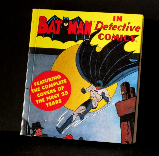 CLASSIC BATMAN - DC COMIC COVERS MINI BOOK - DC Comics, 1993 - The first 300 Batman covers reproduced in one mini volume. Deluxe paperback 4