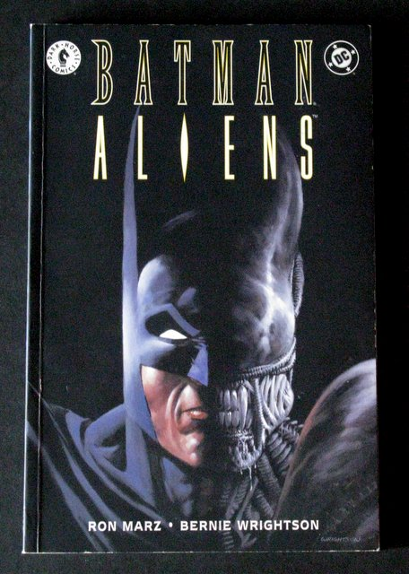 BATMAN VS ALIENS - DC/DARK HORSE GRAPHIC NOVEL CLASSIC - DC Comics, 1997 - Deluxe full color comic of Batman's fantastic mission to defeat the Aliens. Near Mint.