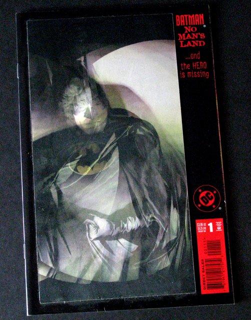 BATMAN NO MAN'S LAND - DC COMIC WITH HOLOGRAPHIC MOTION COVER - DC Comics, 1999 - Amazing full color comic. Near Mint.