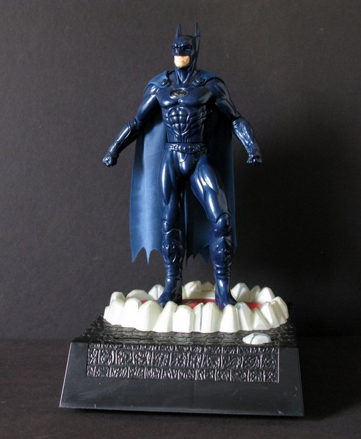 BATMAN AND ROBIN MOVIE – BATMAN ANIMATED SOUND & MOTION COIN BANK - Thinkway Toys, 1997 - Powerful moving Batman figure atop coin collecting bank. Stand 14
