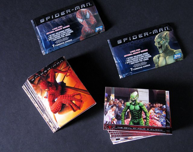 SPIDER-MAN - COMPLETE SET OF TOPPS MOVIE CARDS - Topps, 2002 - Complete set of all 100 trading cards from the original Spider-man movie. Also includes glow sticker 10 of 10 featuring the Green Goblins mask and two original wrappers of Green Goblin and Spider-man. Near Mint.