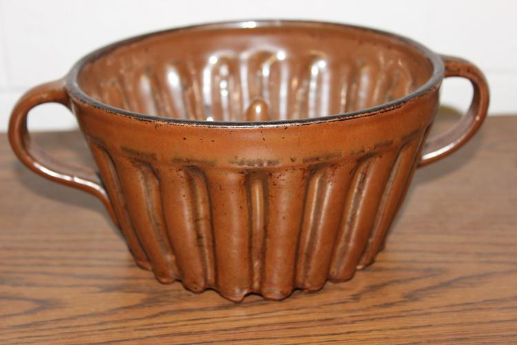 SUPER EARLY REDWARE JELL-O MOLD WITH LOOP HANDLES GOOD CONDITION - 8