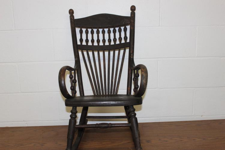 CHILD'S OAK SPINDLE BACK ROCKER IN ORIGINAL FINISH EXC. COND. 29 X 15 X 13 - BENTWOOD ARMS