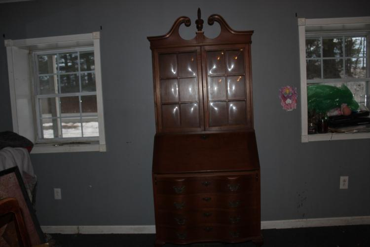 VERY CLEAN AND ORIGINAL GOVERNOR WINTHROP DESK IN MAHOGANY - EXC. COND. - DATED 1975 - BOWED GLASS DOUBLE DOORS 79 X 33 X 19