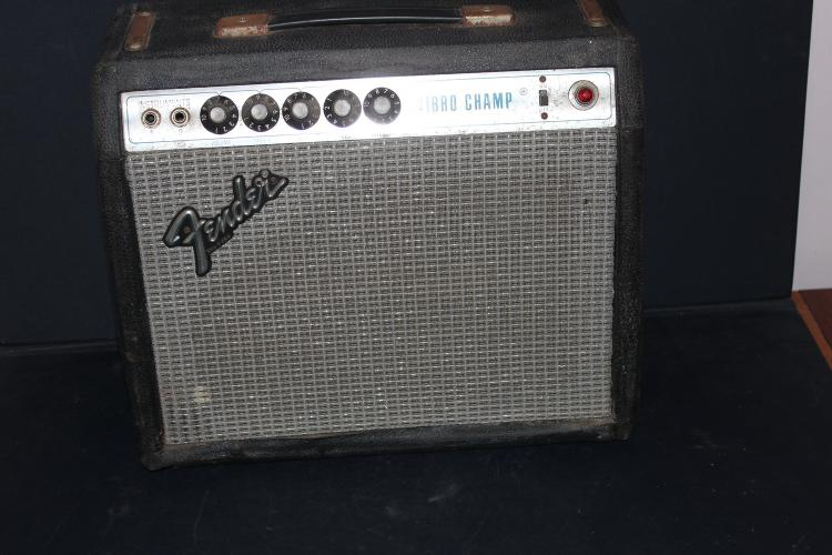 FENDER VIBRO CHAMP GUITAR AMP - NEEDING THREE TUBES, BUT LIGHTS UP - SOME FRONT LEATHER MENDING NEEDED