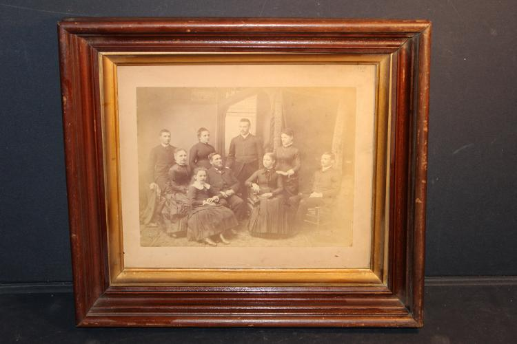 DEEP BLACK WALNUT FRAME FAMILY PHOTO GOOD CONDITION 11.5 X 9.5 PICTURE SIZE - OVERALL 16 X 14