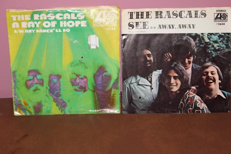 2 – 45 RPM RASCALS RECORDS – RAY OF HOPE – ATLANTIC 2584 – SEE ATLANTIC 2669-1969 VERY GOOD CONDITION
