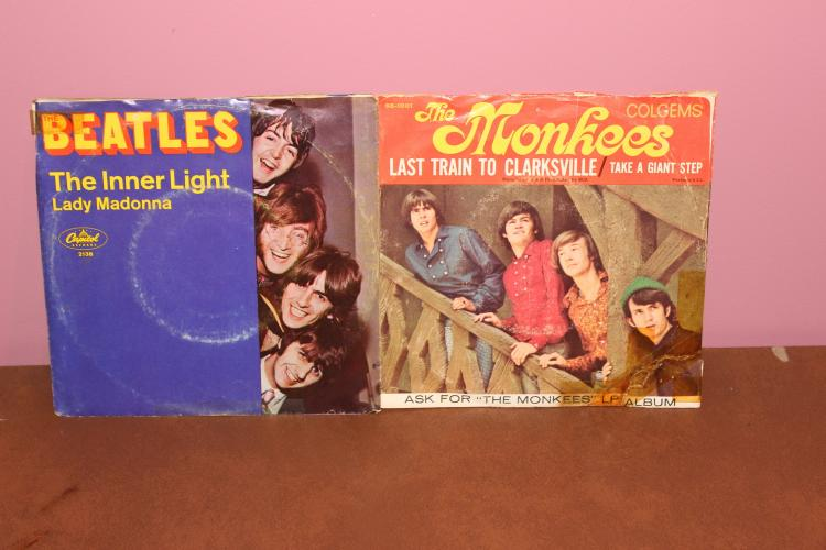 2 RECORD LOT 45 – MONKEES COLGEMS RECORDS 66-1001 – BEATLES – CAPITAL  2138 VINYLS VERY GOOD – SLEEVES ROUGH
