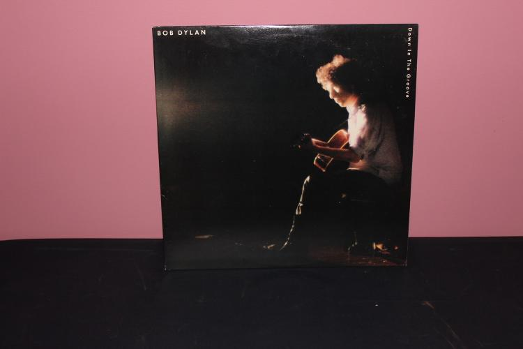 DYLAN – DOWN IN THE GROVE CBS COLUMBIA 1988 BL 40957 WITH APPEARANCE OF JERRY GARCIA , ERIC CLAPTON NEAR MINT