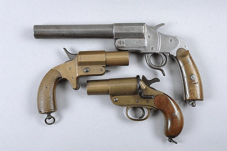 THREE FIRST WORLD WAR VERY PISTOLS comprising: a