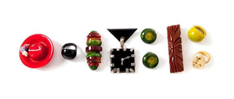 GROUP OF VINTAGE BAKELITE JEWELRY.