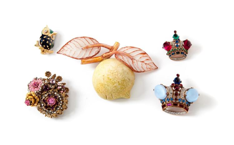 COLLECTION OF FIVE VINTAGE BROOCHES.