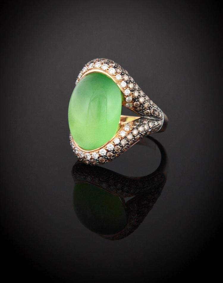 18K GOLD RING WITH GREEN CHALCEDONY AND DIAMONDS.