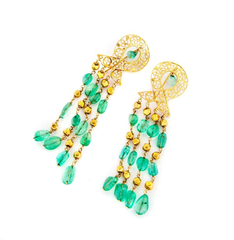 18 KARAT GOLD AND EMERALD BEAD PENDANT EARRINGS.