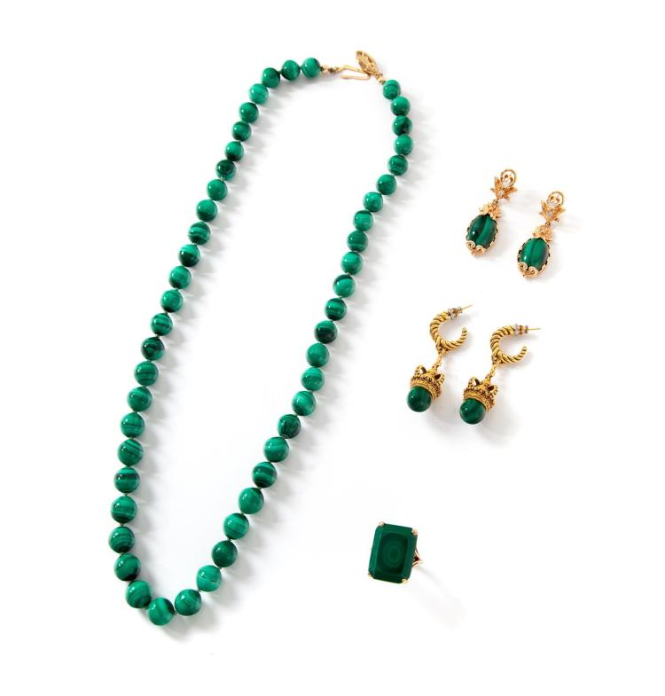 FOUR PIECES OF GOLD AND MALACHITE JEWELRY.