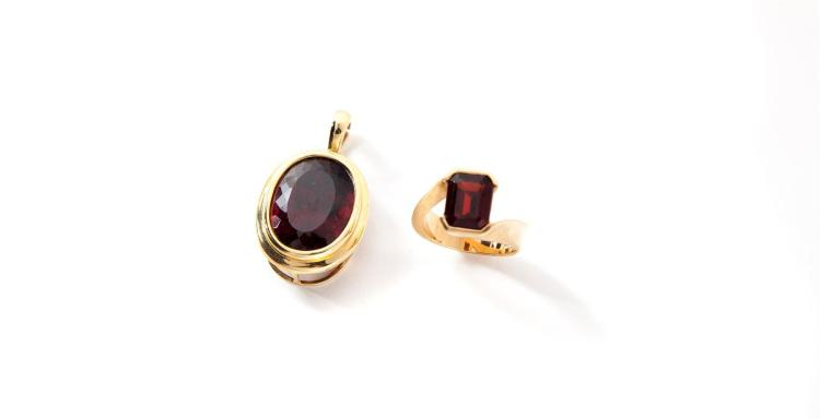 GARNET PENDANT AND RING.