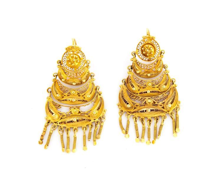 INDIAN-STYLE GOLD CHANDELIER EARRINGS.