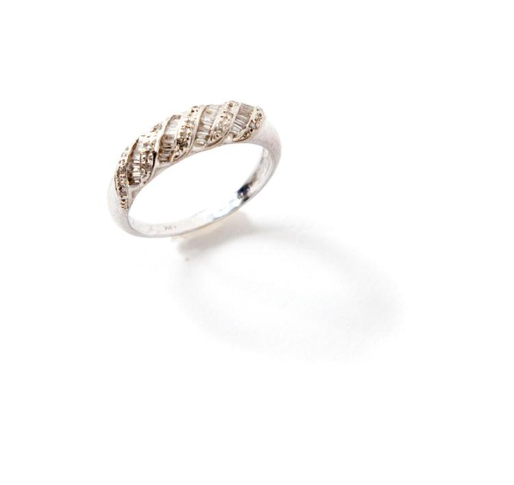 18 KARAT WHITE GOLD BAND WITH DIAMONDS.