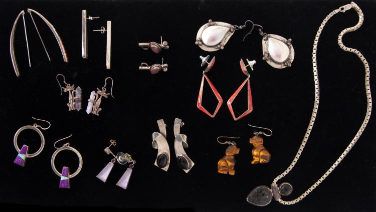 GROUP OF STERLING SILVER JEWELRY.