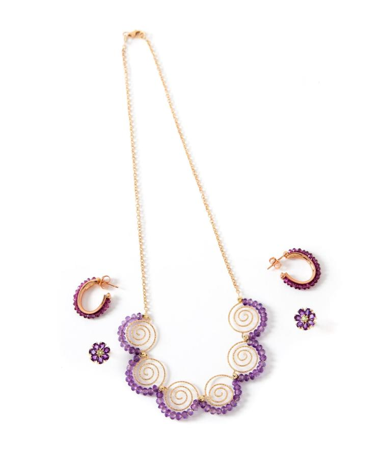 SMALL GROUP OF GOLD AND AMETHYST JEWELRY.