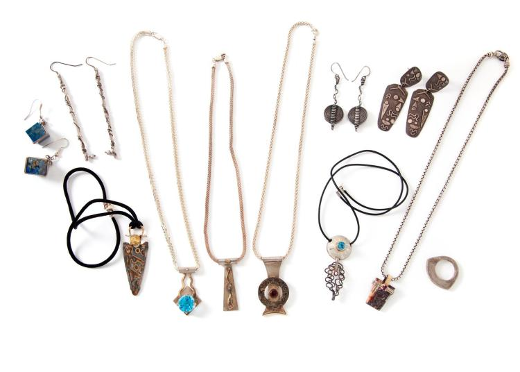 GROUP OF STERLING SILVER AND MIXED METAL JEWELRY.