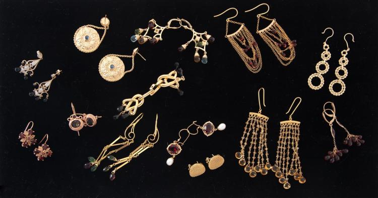 GROUP OF YELLOW GOLD EARRINGS.