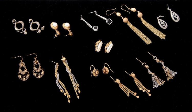 GROUP OF ASSORTED GOLD EARRINGS.
