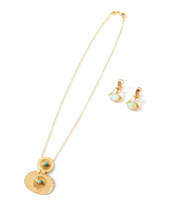 GOLD NECKLACE AND PAIR OF GOLD EARRINGS.