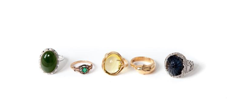GROUP OF FIVE GOLD RINGS.