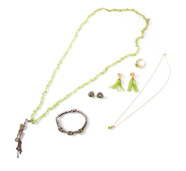 GROUP OF PERIDOT AND GREEN QUARTZ JEWELRY.